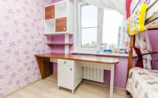 Стол в детскую комнату вдоль окна
