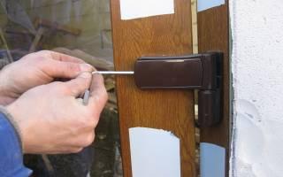 Как выровнять пластиковую дверь?